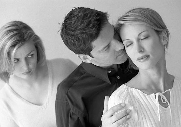 Come riconoscere il tradimento maschile? Ecco i segnali da non trascurare