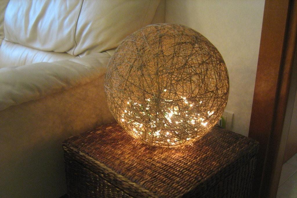 Crea una bellissima lampada con lo spago a costo zero for Come costruire la propria casa a basso costo