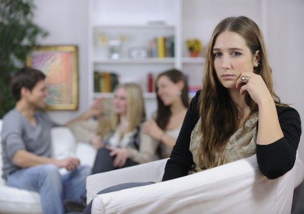 Ansia sociale, i sette sintomi per riconoscerla