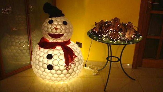 come realizzare un bellissimo pupazzo di neve con dei bicchieri di