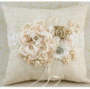 Tante idee per realizzare meravigliosi e romantici cuscini for Cuscini d arredo eleganti