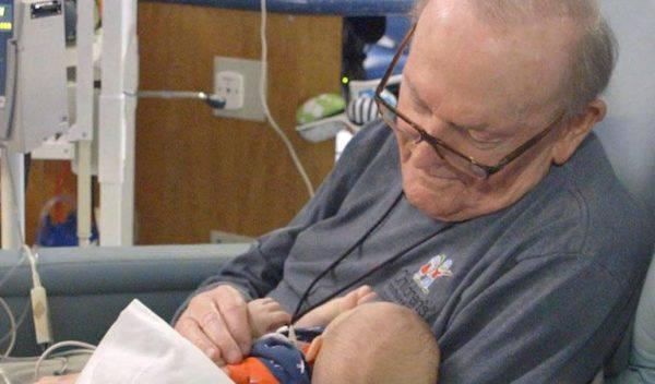 Nonno di 82 anni coccola i neonati prematuri per non farli sentire soli