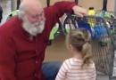 """La bambina corre fino a """"Babbo Natale"""" al negozio di alimentari, la risposta di lui scioglierà il tuo cuore"""
