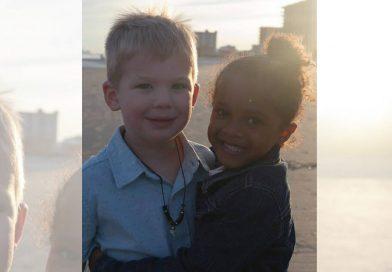 La mamma scatta una foto dei bambini sulla spiaggia – è diventata virale a causa di un dettaglio molto speciale