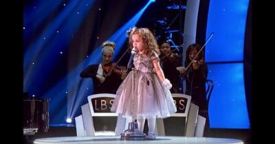 Bimba di 4 anni sale sul palco per cantare una canzone di Frank Sinatra – La folla impazzisce per la performance leggendaria!