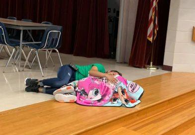 La foto della mamma diventa virale dopo che la custode giace sul pavimento per confortare la figlia autistica