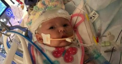 La madre ha provato ad allattare la figlia di 7 settimane – Poche ore dopo, la piccola combatte per la sua vita in ospedale