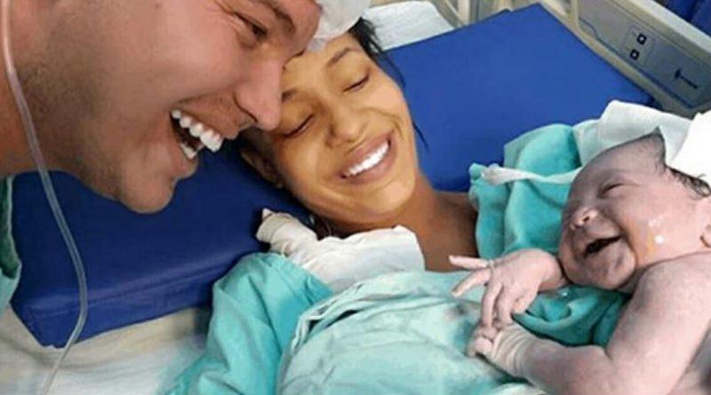 Il neonato sorride quando sente la voce di suo padre per la prima volta: Il momento indimenticabile diventa virale