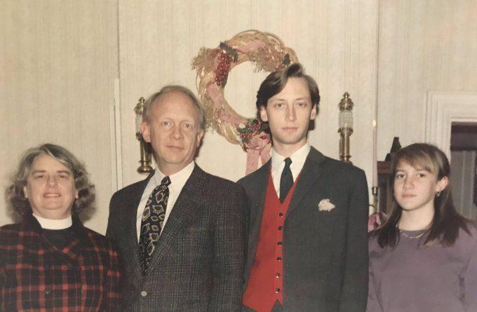 Trova una vecchia foto di famiglia – Terrorizzato da un dettaglio decide di metterla subito sui social