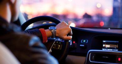 Come tieni il volante mentre guidi? ecco 7 azioni quotidiane in grado di svelare parti nascoste della personalità