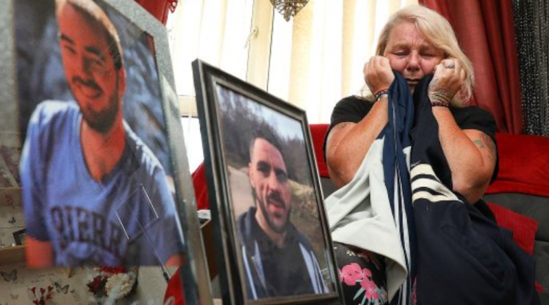 Una mamma piange dopo aver perso il figlio: si sveglia la mattina dopo e trova anche l'altro figlio morto