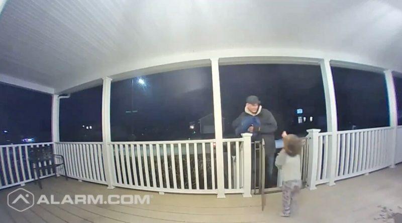 Bimbo abbraccia il fattorino, inconsapevolmente, lo conforta per la perdita di sua figlia avvenuta qualche giorno prima