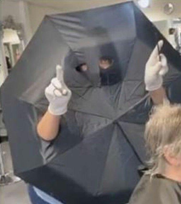 """La protezione anti coronavirus di una parrucchiera – """"Indossare un ombrello"""""""