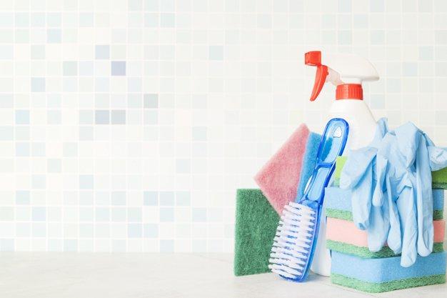 pulire la doccia, alcuni strumenti