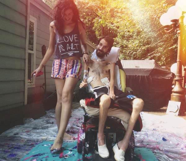 steve in sedia a rotelle e hope dipingono insieme