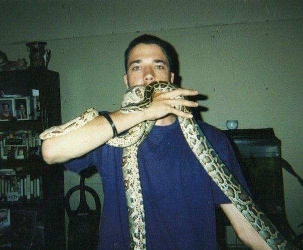 L'uomo quando aveva 18 anni, con un serpente in mano