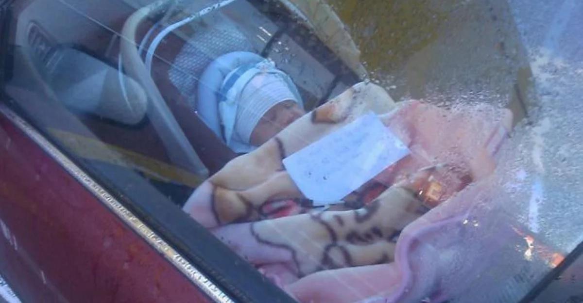 Il bambino piccolo chiuso dentro l'auto